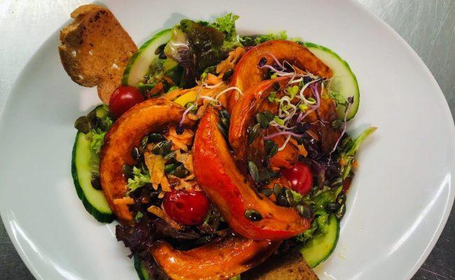 Gebackener Kürbis auf Blattsalat